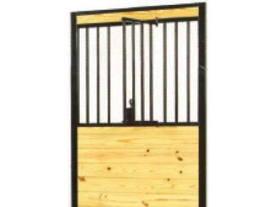 With our swinging panel door you can choose which horses can have their heads out into the alley.